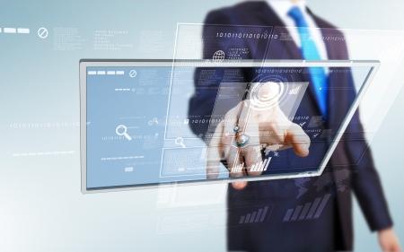 Zakenman in blauw pak het werken met digitale vurtual scherm Stockfoto
