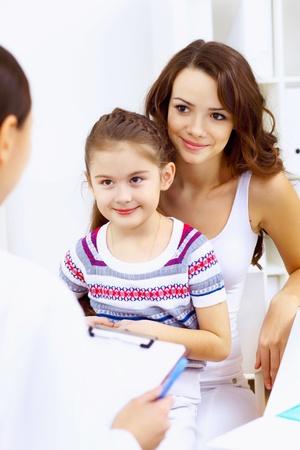 examenes de laboratorio: Ni�a y joven m�dico en el hospital con el examen