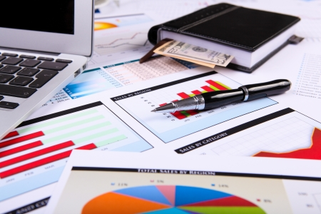 contabilidad: Tablas y gr�ficos financieros de papel sobre la mesa