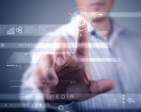 touchscreen: Empresario de pie y trabajando la tecnolog�a de pantalla t�ctil wth