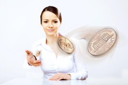 m�nzenwerfen: Person wirft eine M�nze als Symbol f�r Gl�ck und Risiko