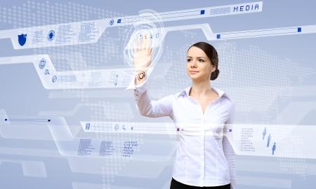 innovacion: Mujer joven en el negocio de desgaste de trabajar con pantalla t�ctil digital de