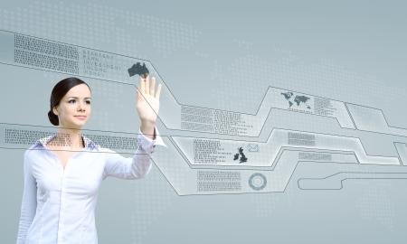 touchscreen: Mujer joven en el negocio de desgaste de trabajar con pantalla t�ctil digital de