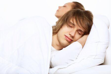 Hombre joven y su esposa ir a la cama