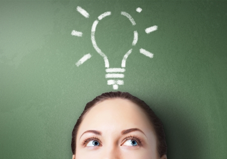 pensamiento creativo: Joven empresario con ideas como s�mbolo de la creatividad empresarial Foto de archivo