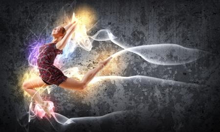 Mädchen tanzen in einer Farbe Kleid mit einem grauen Hintergrund Collage