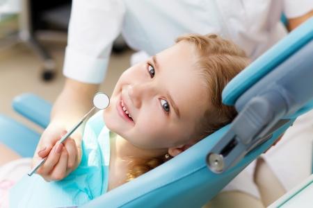 dentist s office: Dziewczynka siedzi w biurze dentyst