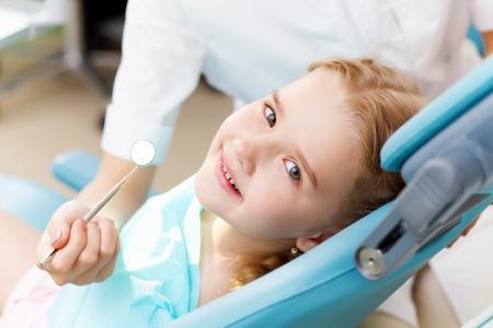 caries dental: Ni�a sentada en la oficina de dentistas