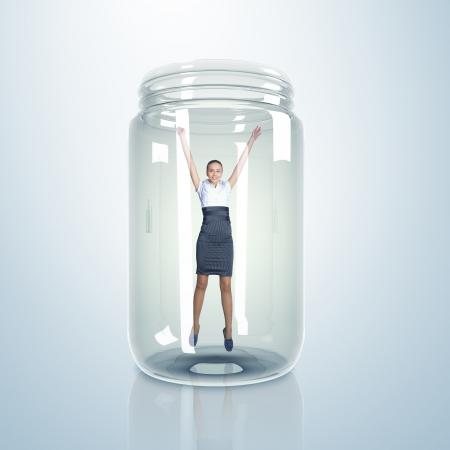 suffocating: Imprenditrice intrappolato all'interno di un barattolo di vetro trasparente Archivio Fotografico