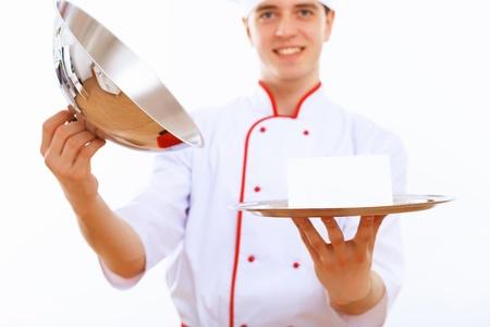 trays: Cocinero de sexo masculino en el uniforme que sostiene una bandeja vac�a