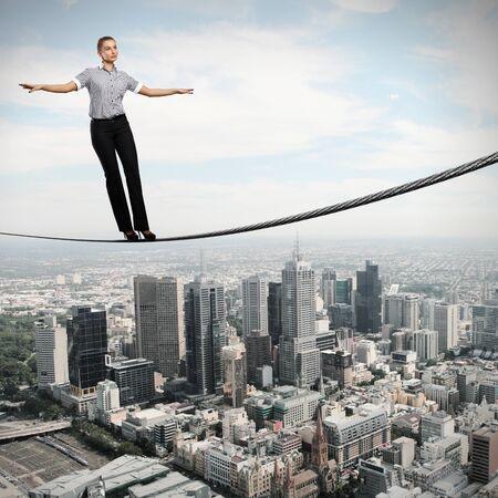 Obchodní žena vyvažování vysoko nad panoráma města photo