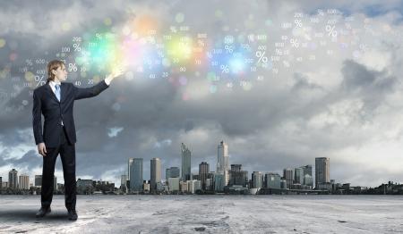 investment solutions: Imagen de un hombre de negocios de pie contra el paisaje urbano