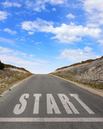 and future vision: Imagen de la carretera con flecha blanca dirigiendo hacia adelante