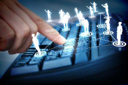 Clavier d'ordinateur et de multiples images dans les médias sociaux