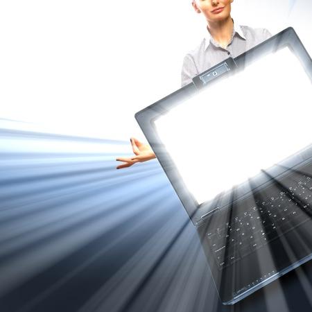 L'image de l'ordinateur portable avec un écran brillant et la lumière