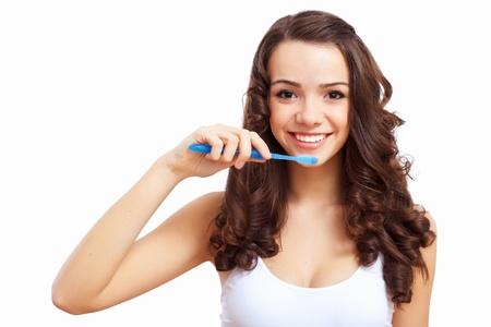 Mujer joven en la casa de cepillarse los dientes por la mañana Foto de archivo