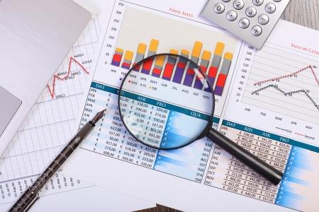 economie: Afbeelding van een zakenman werkplaats met papieren