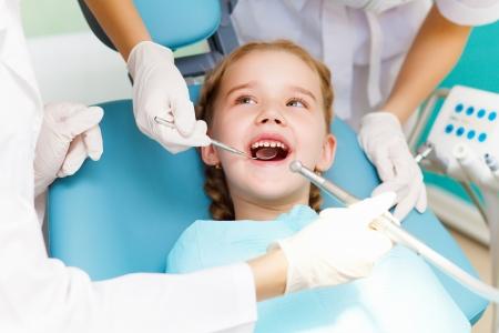 dentiste: Petite fille assise dans le bureau de dentistes