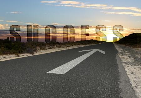 vision future: Afbeelding van de weg met witte pijl regisseren vooruit Stockfoto