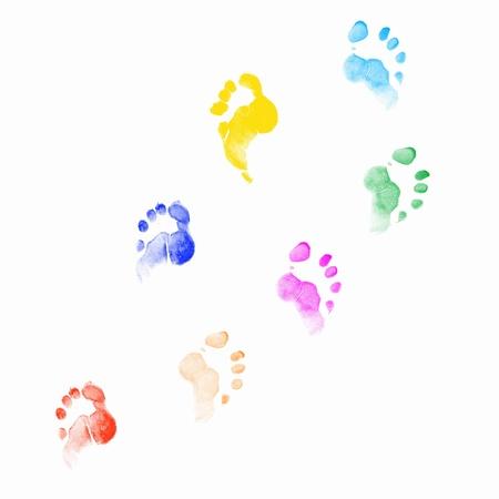 dirty feet: Colourful empreintes de l'homme sur fond blanc