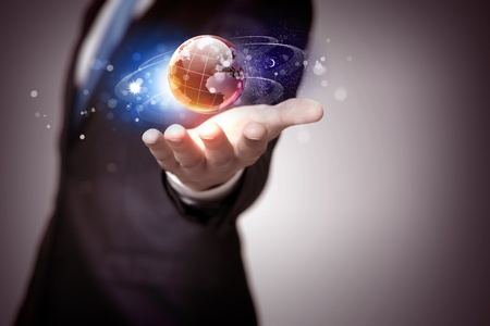 dotykový displej: Lidská ruka drží naši planetu Zemi zářící