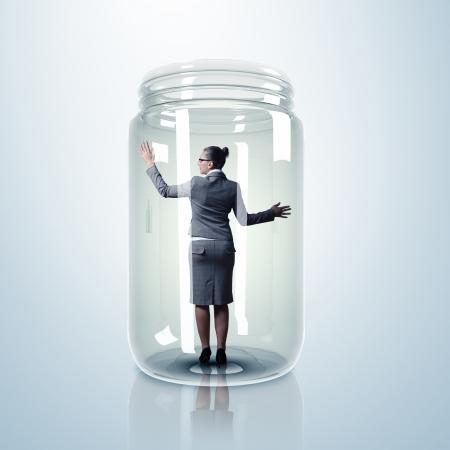 bocaux en verre: Femme d'affaires emprisonn� � l'int�rieur d'un bocal en verre transparent