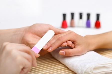 salon de belleza: Mujer joven est� haciendo la manicura en un sal�n de belleza