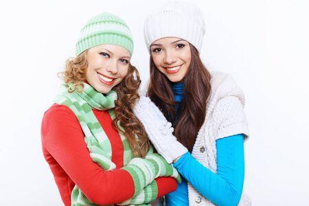 Jolie jeune femme dans le chapeau et l'�charpe d'hiver chaud Banque d'images - 15224195
