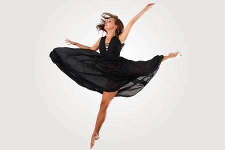 tänzerin: Junge weibliche dancer jumping gegen weißen Hintergrund Lizenzfreie Bilder