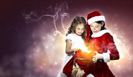 Natale illlustration di bambina con regali di Natale e santa photo