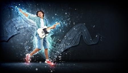 m�sico: hombre joven que toca la guitarra electro y saltar