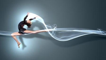 rhythmic gymnastics: Mujer linda joven en juego gimnasta mostrar habilidad atlética sobre fondo negro