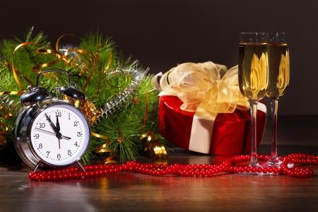 year        s: Natura morta nuovo anno s con bicchieri di champagne decorazioni e nastri su uno sfondo di colore luminoso