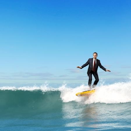 net surfing: Sorridente giovane casuale guardando la fotocamera con gioia e fiducia su sfondo blu