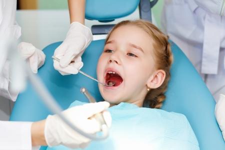 dentist s office: Dziewczynka siedzi w biurze dentystów Zdjęcie Seryjne