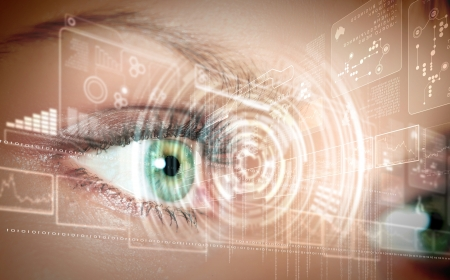 vision future: Eye bekijken van digitale informatie vertegenwoordigd door kringen en tekenen Stockfoto