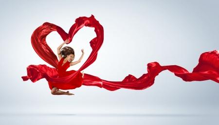 ballet ni�as: Baile de la mujer joven con la tela roja en el s�mbolo de estudio y el coraz�n
