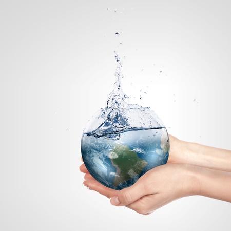 ahorrar agua: Globo en mano humana contra el cielo azul ambientales Elementos conceptuales de protecci�n de esta imagen proporcionada por la NASA