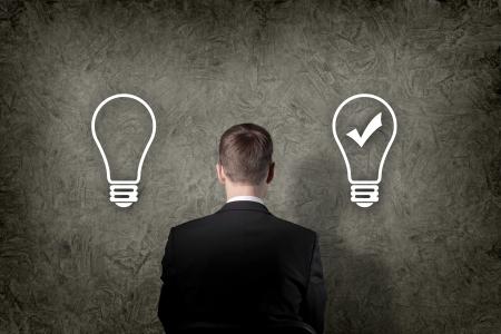 decis�es: Homem de negócios sênior pensar e fazer a escolha ao olhar para cima