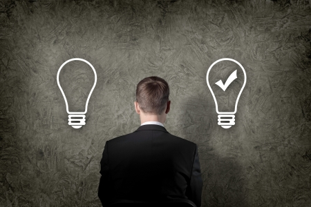 Imprenditore Senior pensare e fare la scelta durante la ricerca