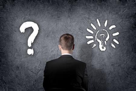 toma de decisiones: Hombre de negocios mayor que piensa y lo que la elección al buscar
