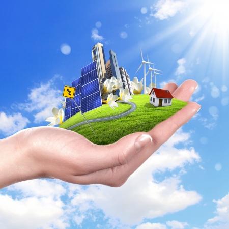 Hände halten eine grüne Erde mit Solarenergie batareis