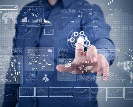 Empresario de pie y trabajando wth tecnología de pantalla táctil