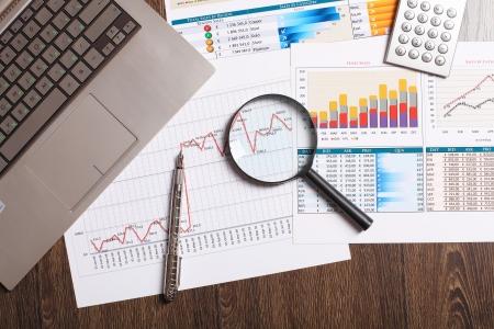 contabilidad: Imagen de un hombre de negocios con los papeles de trabajo Foto de archivo