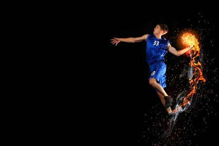 Joueur de basket Homme sautant et en pratiquant avec un ballon