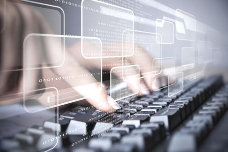 ordinateur de bureau: Clavier d'ordinateur et de multiples images dans les médias sociaux