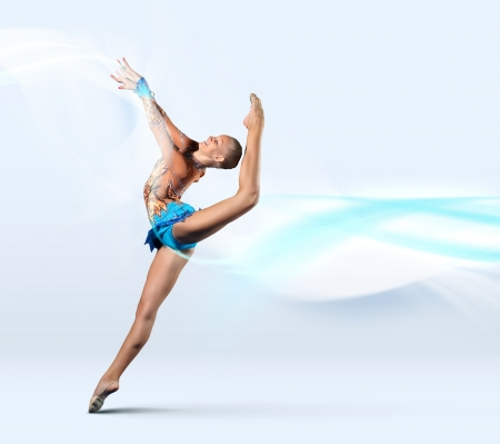 gimnasia: Mujer joven linda en traje de gimnasta mostrar habilidad atl�tica sobre fondo blanco