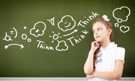niños estudiando: Scoolgirl de pie en clase cerca de la pizarra verde
