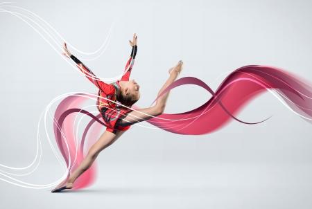 Молодая симпатичная женщина в костюме гимнастки показывают спортивные навыки на белом фоне