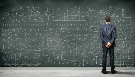 investigador cientifico: Personas de negocios de pie contra la pizarra con una gran cantidad de datos escrito en �l